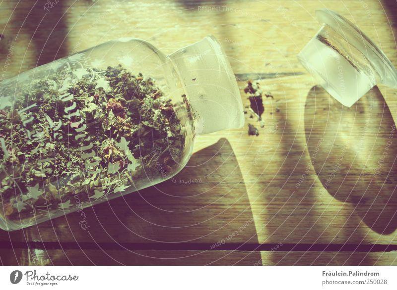 Zerbrechlichkeit. Holz liegen Glas chaotisch Tee Desaster Dose Missgeschick Verpackung Ernährung Lebensmittel