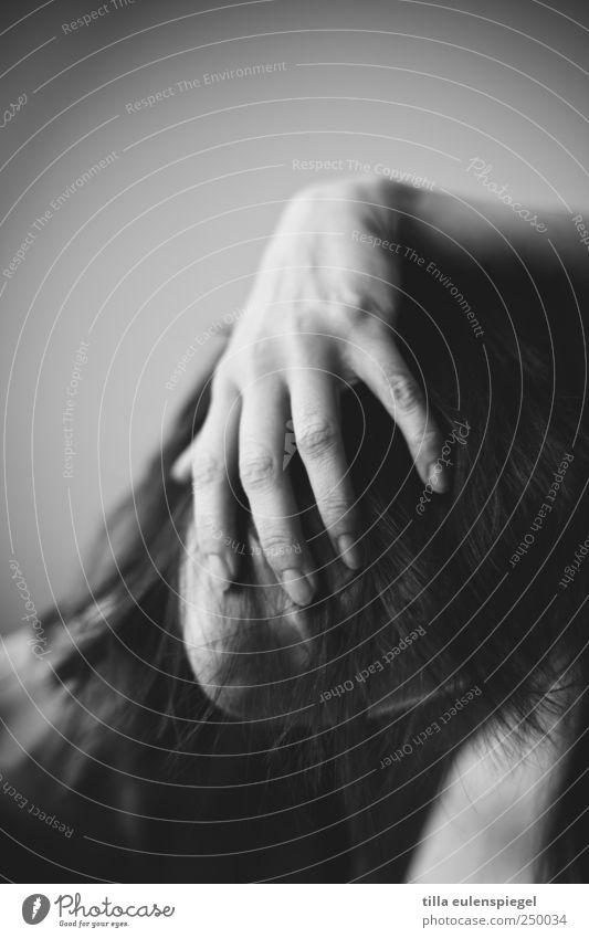 eiskaltes händchen Frau Mensch Jugendliche Hand weiß Gesicht schwarz feminin dunkel Gefühle Erwachsene Haare & Frisuren Angst Behaarung Finger wild
