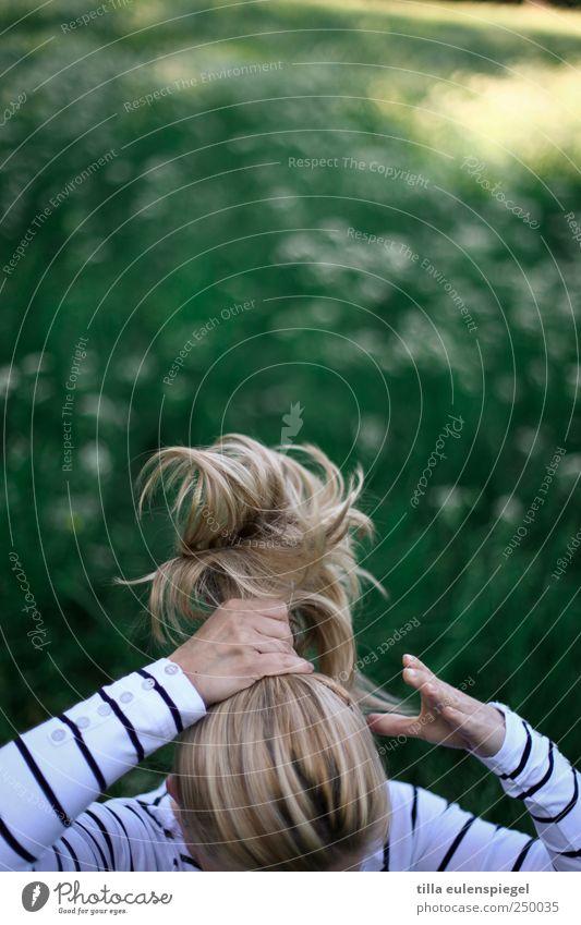 zopfgummi wanted. Mensch weiß grün schön feminin Bewegung Haare & Frisuren blond natürlich maskulin authentisch Zopf Pferdeschwanz zurechtmachen