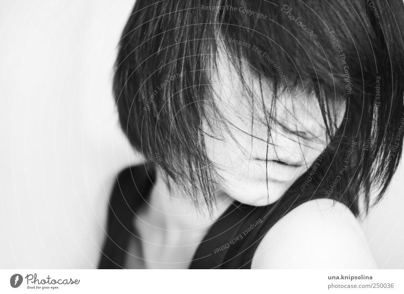 hallo neues leben feminin Junge Frau Jugendliche Erwachsene Haare & Frisuren 1 Mensch 18-30 Jahre schwarzhaarig brünett Pony Bewegung Denken träumen Traurigkeit