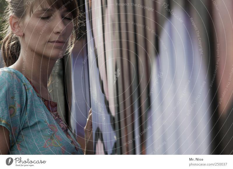 the art of listening Frau schön ruhig Gesicht Erholung Leben feminin Wand Gefühle Erwachsene träumen Kunst Zufriedenheit ästhetisch einzigartig Kleid