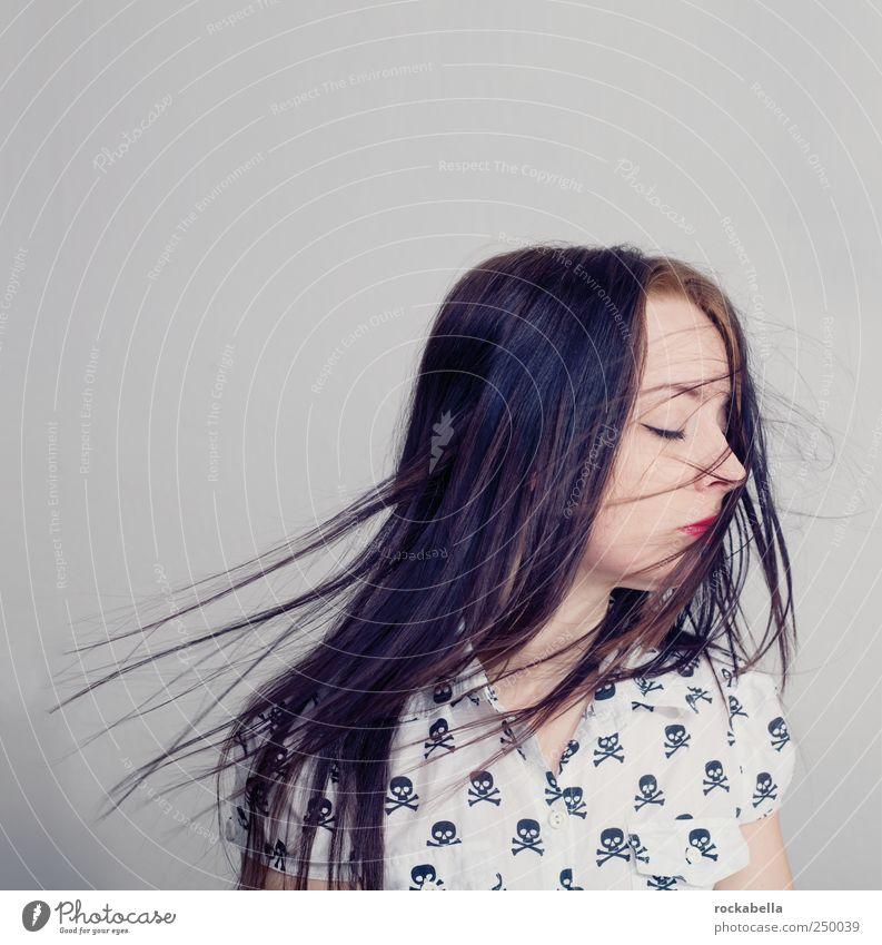 die nase in die richtige richtung drehen. Frau Mensch Jugendliche schön feminin Erwachsene Wind elegant ästhetisch Bekleidung einzigartig brünett 18-30 Jahre