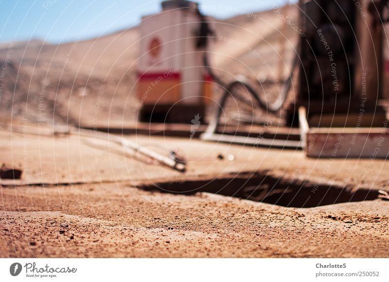 Tank-Stelle Tankwart Güterverkehr & Logistik Dienstleistungsgewerbe Energiewirtschaft Erde Sand Wolkenloser Himmel Dürre Berufsverkehr Wege & Pfade Zapfsäule