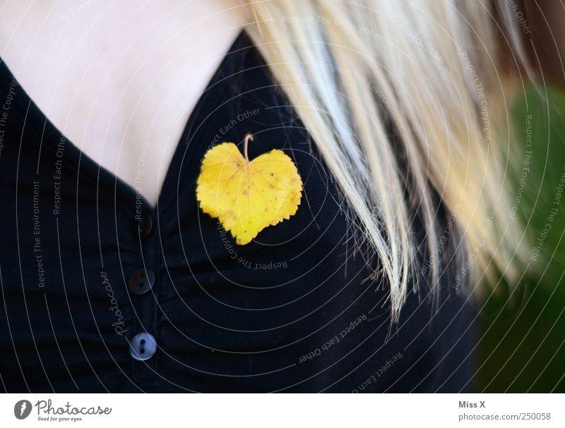 Gelbes Herz feminin Brust 1 Mensch Herbst Blatt Accessoire Schmuck blond langhaarig gelb Lindenblatt Herbstlaub herbstlich Farbfoto mehrfarbig Außenaufnahme