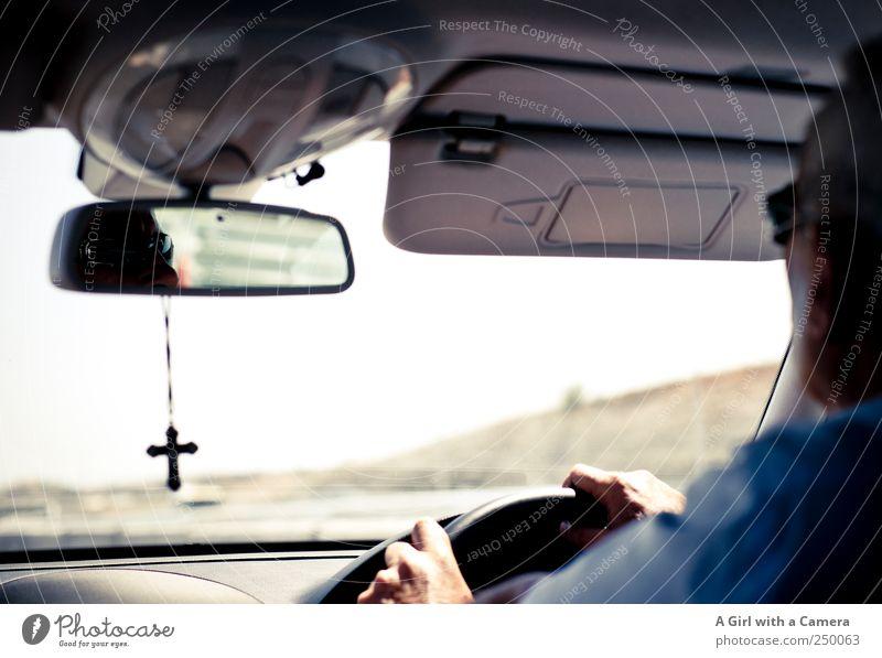 Cypriot Gentleman Mensch Mann Hand Erwachsene PKW Religion & Glaube maskulin fahren festhalten Spiegel Konzentration Kreuz Autobahn Männlicher Senior
