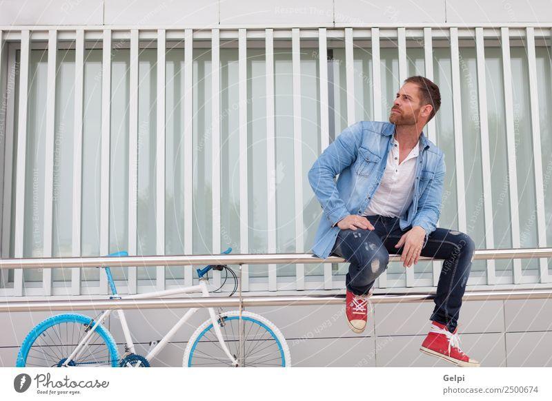 Lässiger Typ Lifestyle Stil Glück Haus Telefon Mensch Mann Erwachsene Straße Mode Hemd Vollbart Coolness modern retro blau selbstbewußt Fahrrad Hipster urban