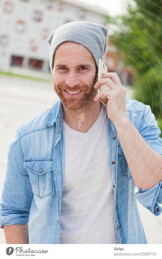 Lässiger Typ Lifestyle Stil Freude Glück Freizeit & Hobby sprechen Telefon PDA Technik & Technologie Mensch Mann Erwachsene Straße Mode Hemd Hut Vollbart hören