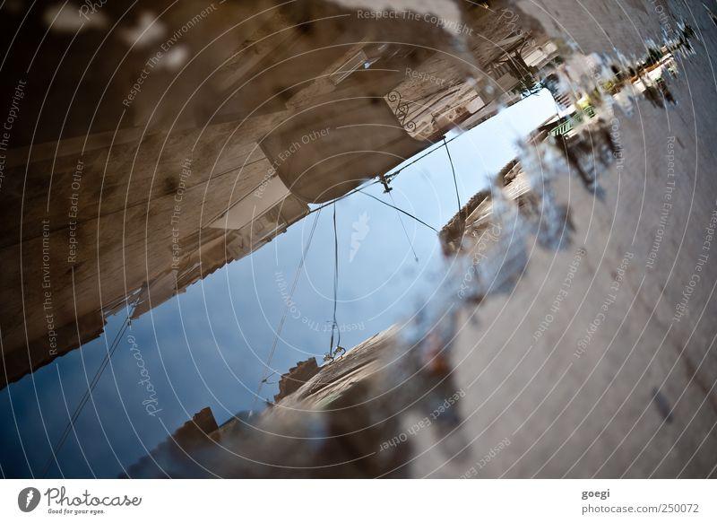 andere Seite Wasser Himmel Altstadt Menschenleer Haus Straße Unendlichkeit Gasse Pfütze Farbfoto Außenaufnahme Textfreiraum rechts Tag Reflexion & Spiegelung