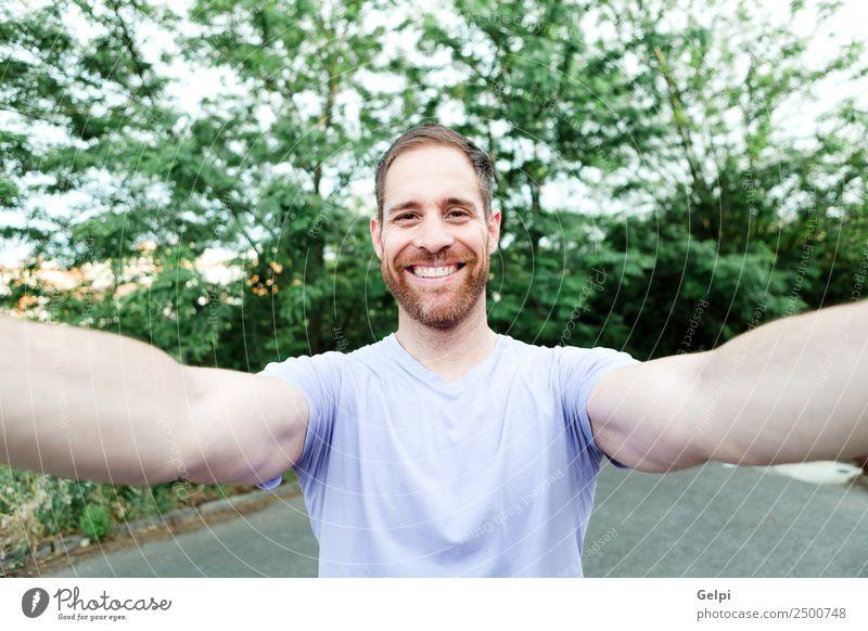 beiläufiger bärtiger Mann Lifestyle Glück schön Ferien & Urlaub & Reisen Sommer Telefon PDA Fotokamera Technik & Technologie Mensch Erwachsene Natur Park Mode