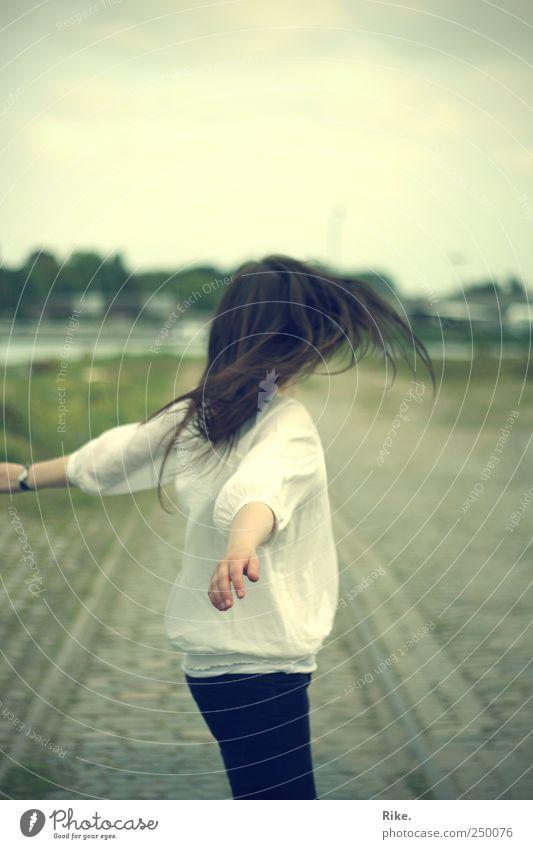 Rundherum. Mensch Junge Frau Jugendliche 1 18-30 Jahre Erwachsene Himmel Wege & Pfade Bluse brünett langhaarig Bewegung drehen träumen frei Unendlichkeit schön