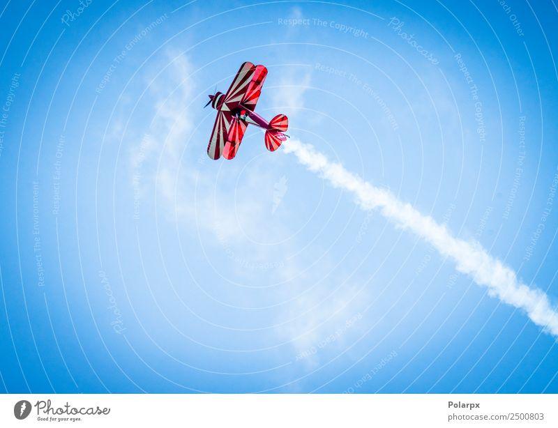 Rotes Flugzeug mit Propeller, der mit weißem Rauch nach oben fliegt. Ferien & Urlaub & Reisen Sommer Pilot Umwelt Himmel Wind Verkehr Doppeldecker Fluggerät alt