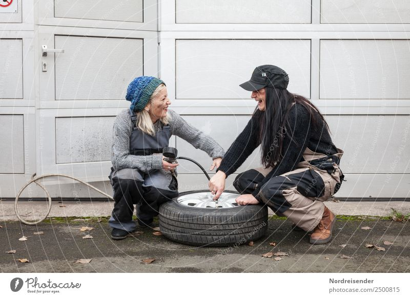 Immer Spaß dabei.... Arbeit & Erwerbstätigkeit Beruf Handwerker Arbeitsplatz Werkzeug Mensch feminin Frau Erwachsene Leben 2 Verkehr Autofahren