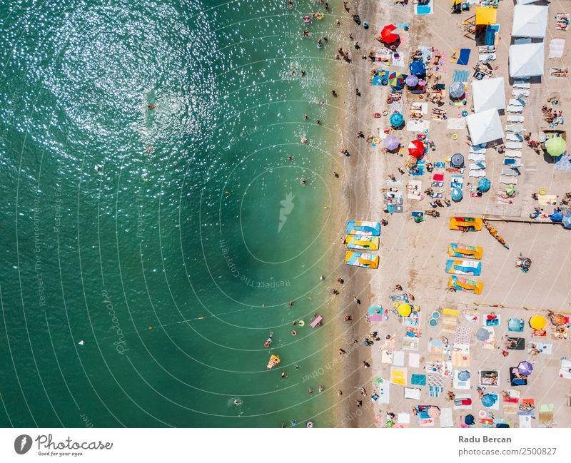 Luftaufnahme von fliegenden Drohnen der Menschenmenge, die sich am Strand in Rumänien am Schwarzen Meer entspannen. Fluggerät Aussicht Sand Hintergrundbild