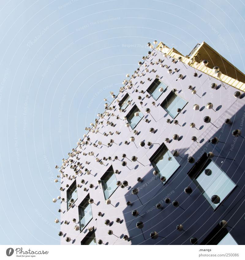 We can see you Häusliches Leben Videokamera High-Tech Wolkenloser Himmel Fassade Fenster beobachten außergewöhnlich bedrohlich groß viele blau violett
