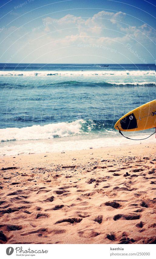 on the edge Lifestyle Surfen Sport Wassersport Extremsport Schwimmen & Baden Himmel Wellen Küste Strand Meer Insel blau gelb Sand Surfbrett Wolken