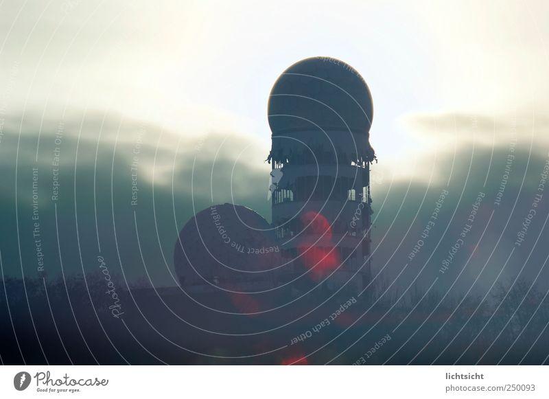 Jenseits der Donnerkuppel dunkel Berlin Klima Turm Bauwerk Skyline Denkmal Verfall Ruine Hauptstadt Sehenswürdigkeit Gewitterwolken Überwachung spionieren Kuppeldach Endzeitstimmung