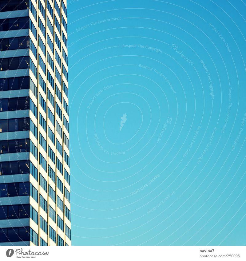 Dem Himmel so nah Stadtzentrum Skyline Menschenleer Hochhaus Bankgebäude Gebäude Architektur modern blau Wachstum Häusliches Leben Farbfoto Außenaufnahme