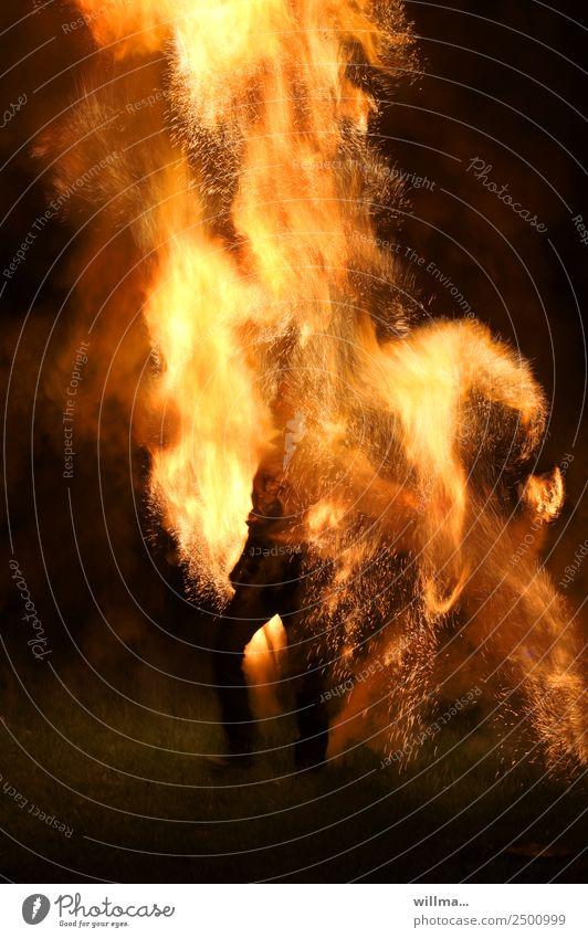 mittendrin statt nur dabei Mensch Wärme bedrohlich Feuer Brand heiß brennen Flamme Funken