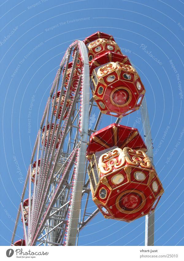 Fahrt ins Blaue alt Himmel blau rot Freude Graffiti Luftverkehr rund historisch Schönes Wetter bezahlen Riesenrad Laune Gefühle