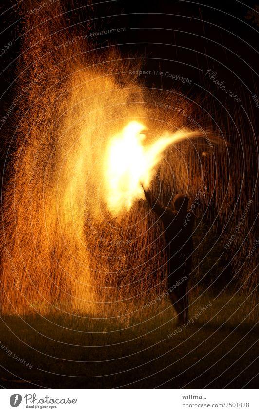 feuerregen Mensch bedrohlich Feuer Brand heiß Feuerwerk brennen Funken