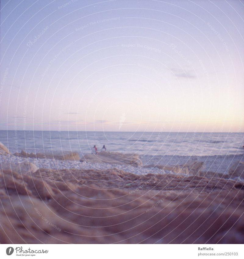 gemeinsam Himmel Wasser blau Sommer Strand Meer Wolken Glück Sand Stein Paar Wellen sitzen frisch leuchten Aussicht
