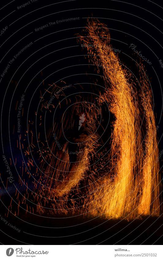 Funkenregen und Feuersäulen brennen Brand Mensch heiß faszinierend Flamme Brandstiftung Nacht bedrohlich