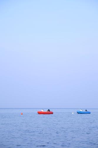 ROT trifft BLAU Himmel blau Wasser Ferien & Urlaub & Reisen rot Meer Sommer Farbe Einsamkeit ruhig Umwelt Gefühle Stimmung Schwimmen & Baden Freizeit & Hobby