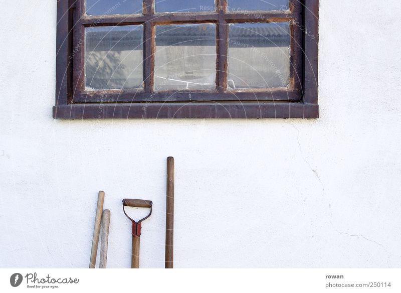auf dem hof Werkzeug Schaufel Dorf Haus Gebäude Mauer Wand Fassade Garten Fenster alt Besenstiel Griff Gartenarbeit Landleben Reflexion & Spiegelung Holzfenster