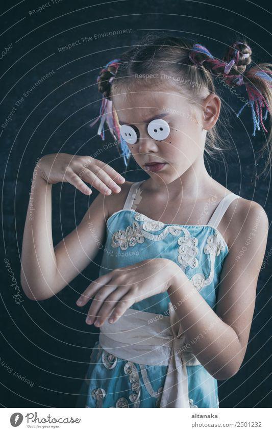 Porträt eines jungen traurigen kleinen Mädchens Kind Mensch Familie & Verwandtschaft Kindheit Hand Kunst Puppe Traurigkeit Gefühle Sorge Trauer Müdigkeit