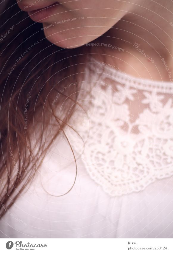 Zartgefühl. Mensch feminin Junge Frau Jugendliche Lippen Kinn 1 18-30 Jahre Erwachsene Bluse Spitze brünett langhaarig Lächeln träumen ästhetisch schön