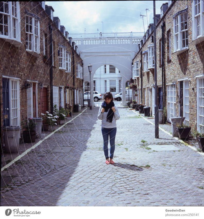 Mews. Frau Mensch Jugendliche schön Stadt Haus feminin Wand Architektur Mauer Gebäude Erwachsene warten Fassade trist authentisch