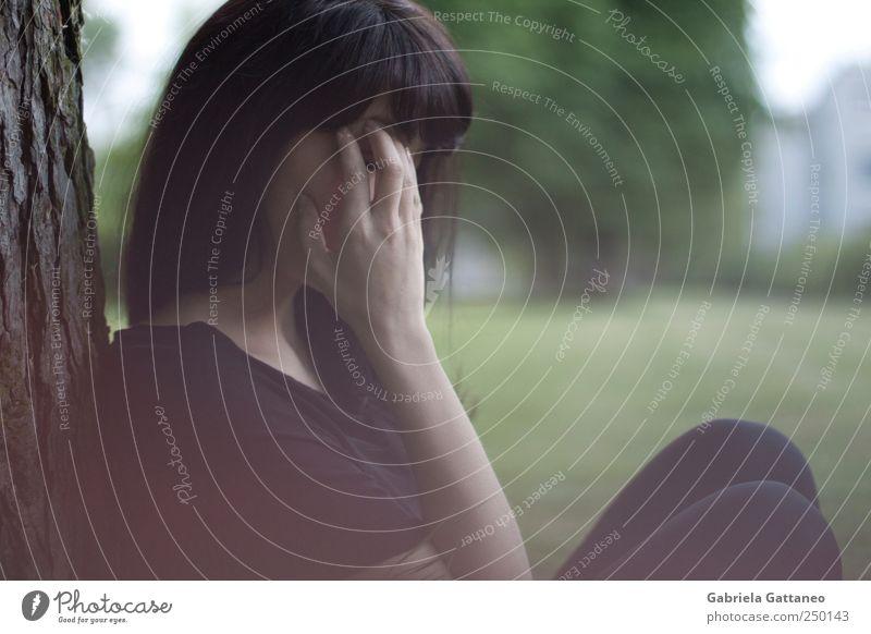 Mensch Jugendliche Hand feminin Kopf Gefühle Holz Erwachsene Denken Stimmung Park Schmerz 18-30 Jahre chaotisch Gehirn u. Nerven Kopfschmerzen
