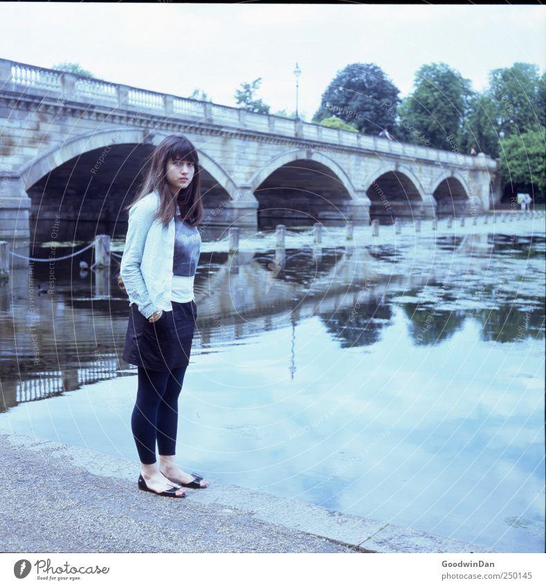 hyde Park. Mensch feminin Junge Frau Jugendliche 1 Umwelt Natur See Brücke authentisch frei kalt schön Stimmung Farbfoto Außenaufnahme Tag Licht