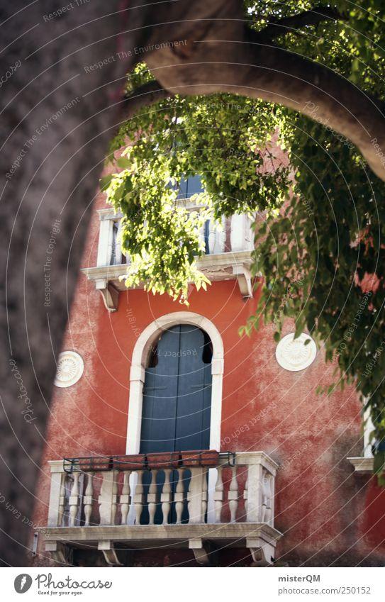 Blick nach nebenan Altstadt Menschenleer Haus Gebäude Mauer Wand Fassade Balkon Denkmal alt rot blau Baum historisch mediterran Sommer Süden Italien grün Tür