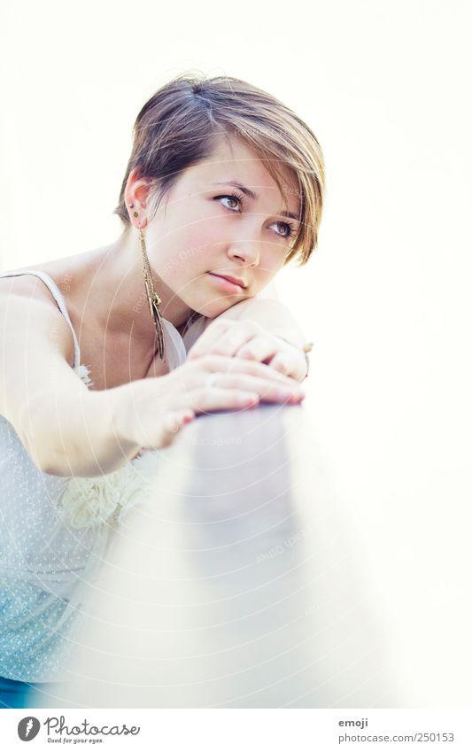 halt mich feminin Junge Frau Jugendliche Kopf Gesicht 1 Mensch 18-30 Jahre Erwachsene schön einzigartig hell weiß nachdenklich haltend festhalten Geländer Blick