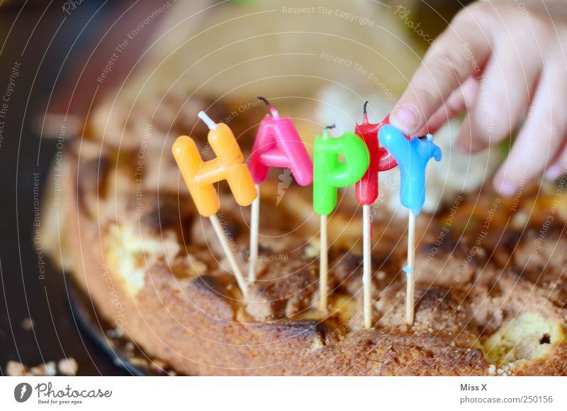 Happy Mensch Kind Hand Ernährung Lebensmittel Feste & Feiern Kindheit Geburtstag Finger süß Kerze Kleinkind Kuchen lecker Backwaren Teigwaren