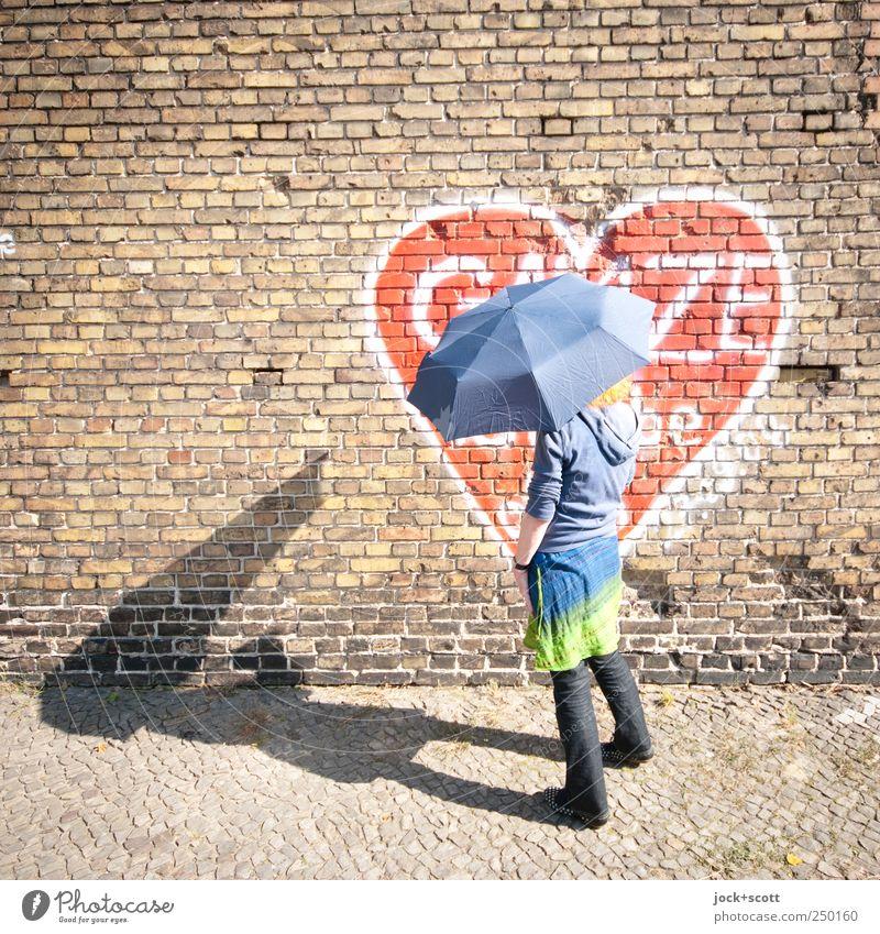 ihre Liebe rostet nicht Mensch Frau Freude Erwachsene Graffiti Glück außergewöhnlich Linie träumen stehen 45-60 Jahre genießen Herz Lebensfreude festhalten