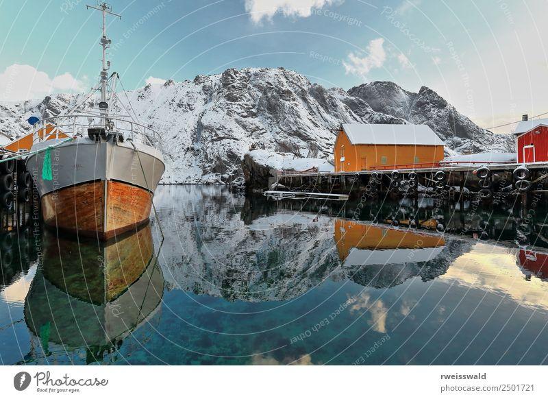 Boot verankert - verschneiter Nusfjord Fischerdorf-Lofoten-Norwegen-049494 Meeresfrüchte Freizeit & Hobby Angeln Ferien & Urlaub & Reisen Tourismus Sonne Schnee