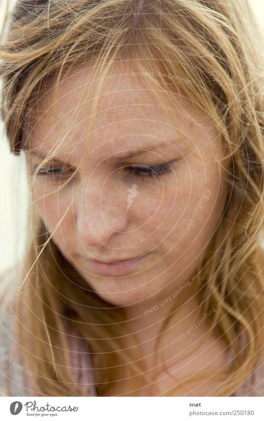 Choices feminin Erwachsene Gesicht 1 Mensch 18-30 Jahre Jugendliche rothaarig natürlich Junge Frau nachdenklich Blick nach unten Farbfoto Außenaufnahme Tag