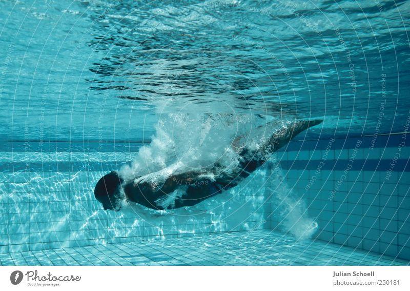 Abgetaucht Wassersport Schwimmen & Baden maskulin 1 Mensch Badehose Flüssigkeit blau Farbfoto Außenaufnahme Tag Kontrast Sonnenstrahlen
