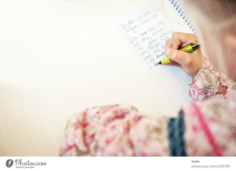 Erste Worte Mensch Kind Hand Kopf Schule Kindheit blond Freizeit & Hobby Beginn lernen Schriftzeichen Kindheitserinnerung Buchstaben Bildung schreiben Typographie