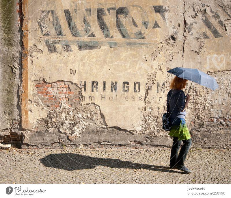 Regenschirm bei Sonnenschein Stil Zufriedenheit Spaziergang Frau Erwachsene 1 Mensch 45-60 Jahre Kreuzberg Mauer Stein Schriftzeichen Bewegung laufen alt