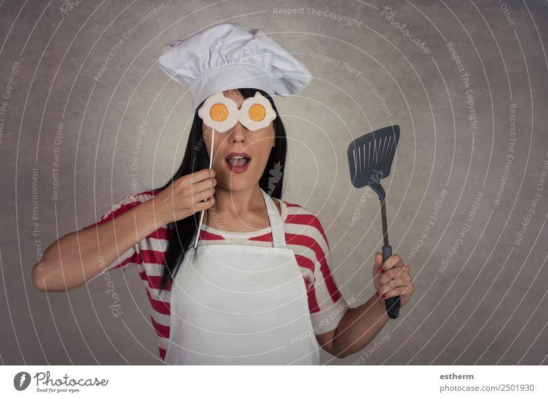 lustige Frau mit Spiegeleiern in den Augen Ernährung Abendessen Diät Lifestyle Freude Küche Restaurant Beruf Gastronomie Mensch feminin Junge Frau Jugendliche