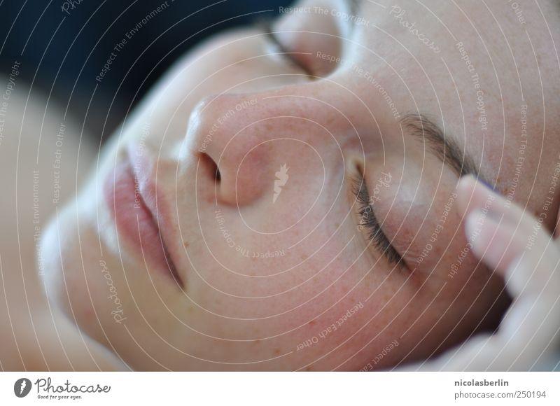 Was nützt die Liebe in Gedanken feminin Junge Frau Jugendliche Gesicht 1 Mensch 18-30 Jahre Erwachsene Denken Erholung schlafen träumen ästhetisch frei Glück