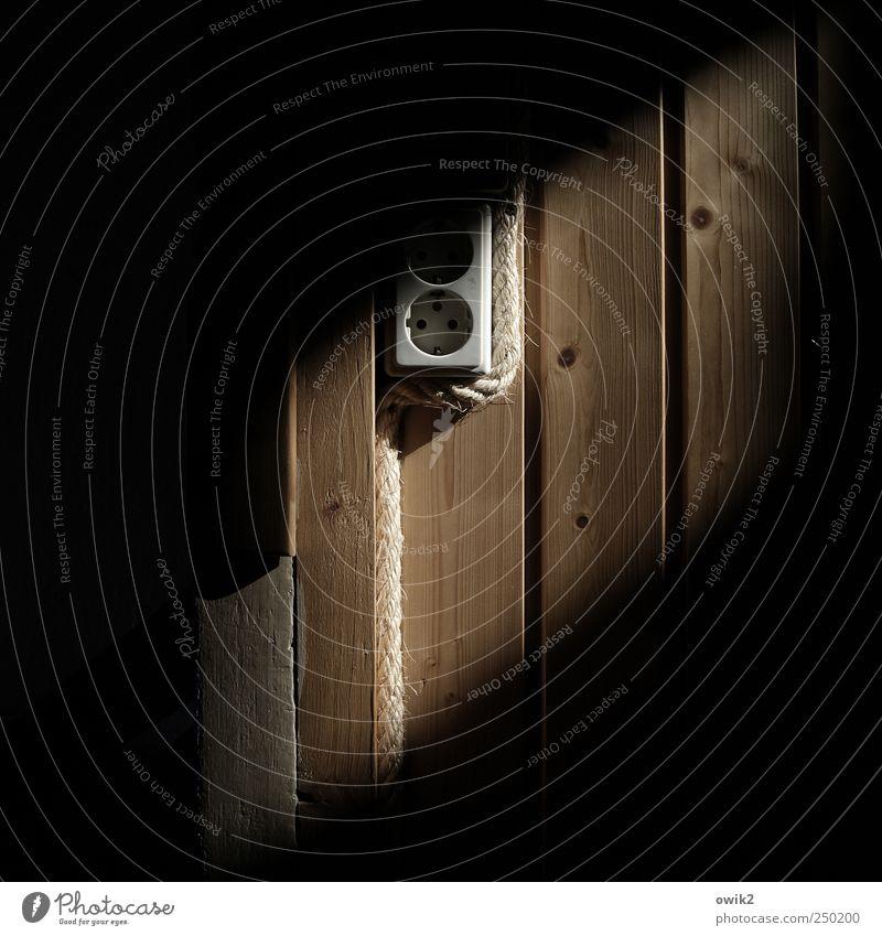 Ökostrom weiß Einsamkeit schwarz dunkel Wand Mauer grau klein Holz braun trist Häusliches Leben Zufriedenheit Energiewirtschaft Seil Elektrizität