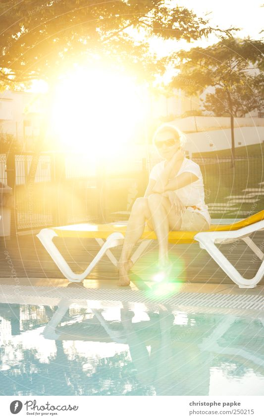 Sonnenschein Mensch Jugendliche Sonne Sommer Ferien & Urlaub & Reisen Erholung hell Tourismus Schwimmbad heiß Lebensfreude Sonnenbad Junge Frau Sommerurlaub Liegestuhl