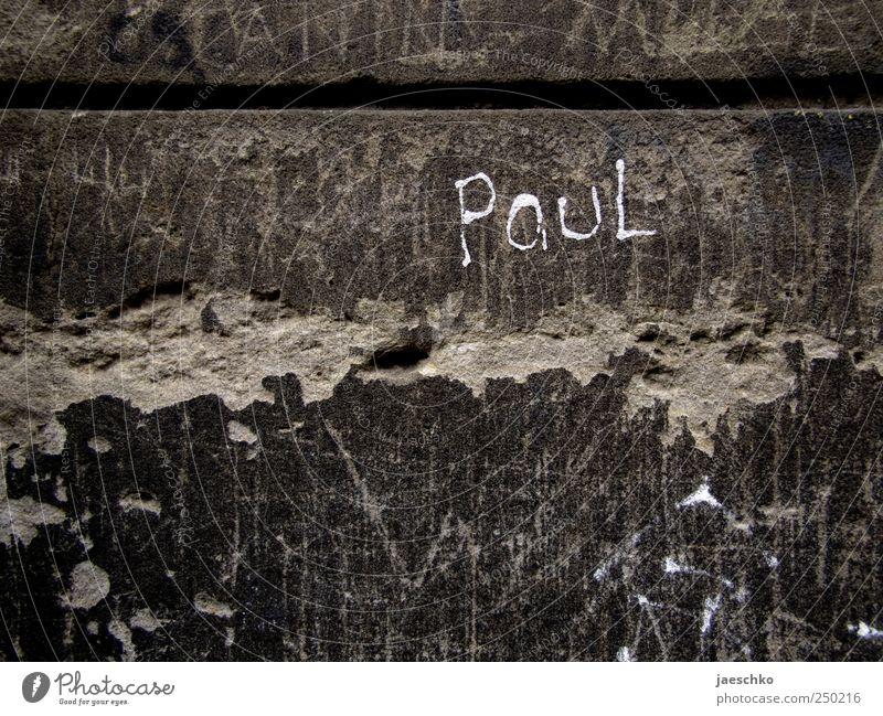 Wer ist eigentlich? Wand Graffiti Mauer Stein Schriftzeichen Beton Vergänglichkeit einzigartig Zeichen Vergangenheit Verfall Ruine Putz abblättern Schmiererei
