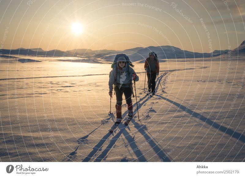 Warme Winterlandschaft im Sonnenuntergang mit Skifahrern Mensch Ferien & Urlaub & Reisen Ferne Berge u. Gebirge Wege & Pfade Schnee Bewegung Horizont Eis