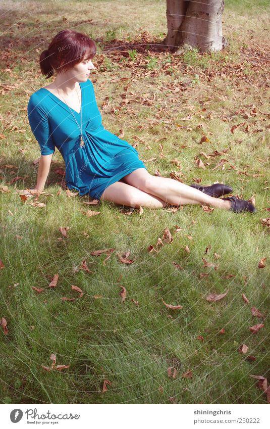 autumn leaves in spring Lifestyle Stil feminin Junge Frau Jugendliche 1 Mensch 18-30 Jahre Erwachsene Natur Landschaft Herbst Schönes Wetter Garten Park Mode
