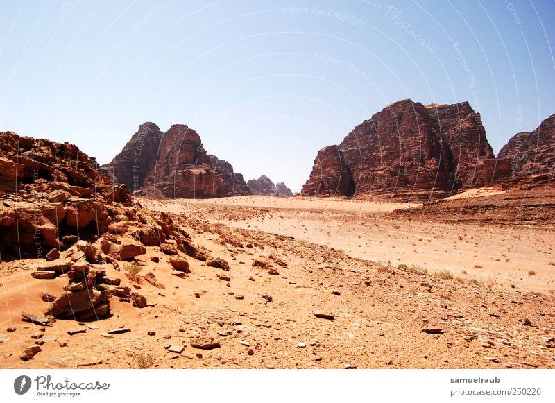 Wüstes Land Abenteuer Ferne Freiheit Landschaft Erde Dürre Armut trist trocken braun rot Farbfoto Außenaufnahme Textfreiraum oben Tag Licht Schatten Kontrast